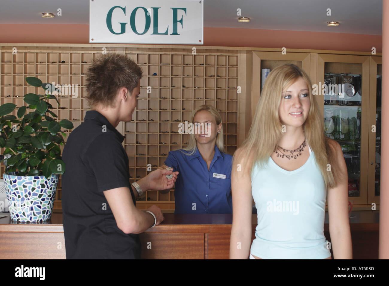 Paar nach Anmeldung in Golfclub Stock Photo