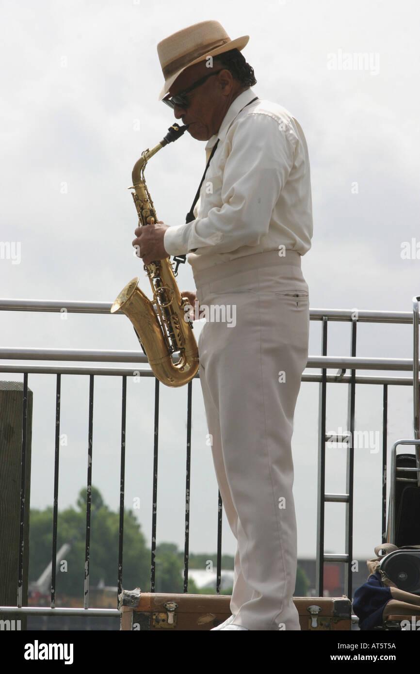 Musiker spielt Saxophon auf Brücke Stock Photo