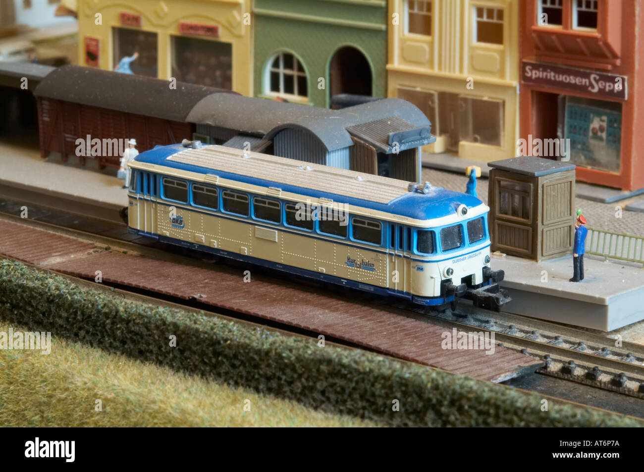 how to make electric train model