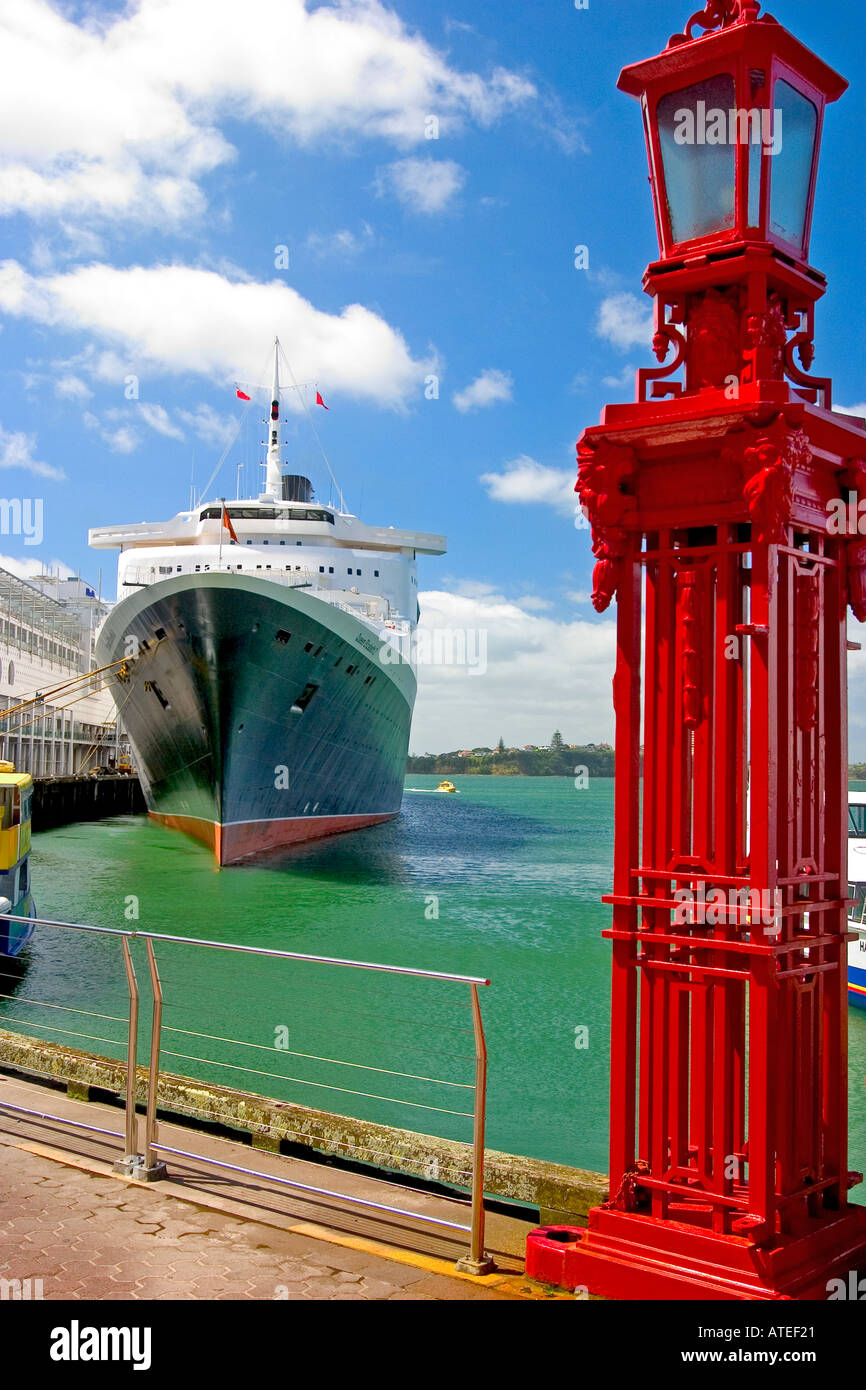 QE2 in port Auckland New Zealand - Stock Image