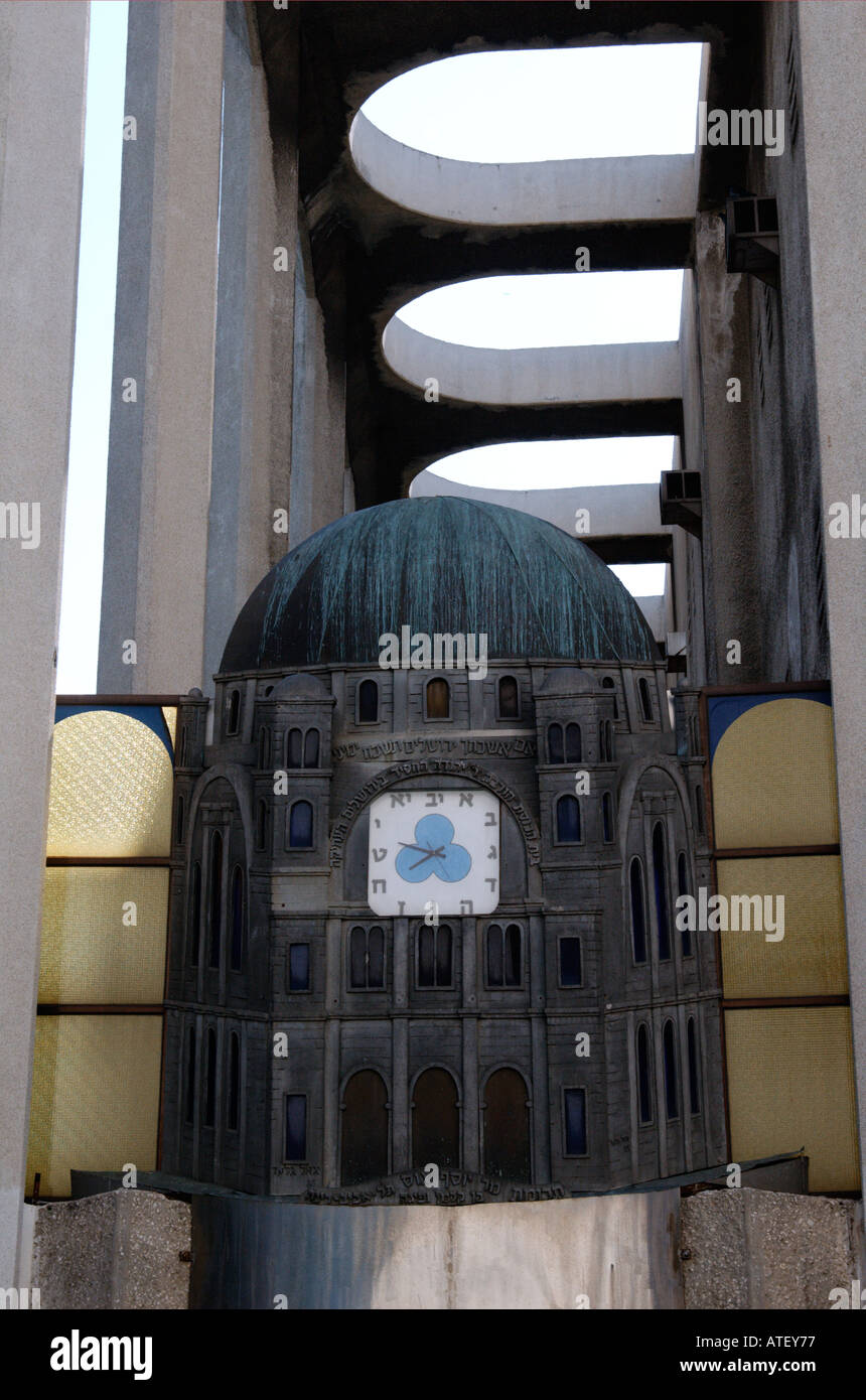 The clock with Hebrew letters at the entrance to the Tel Aviv grand synagogue - Stock Image
