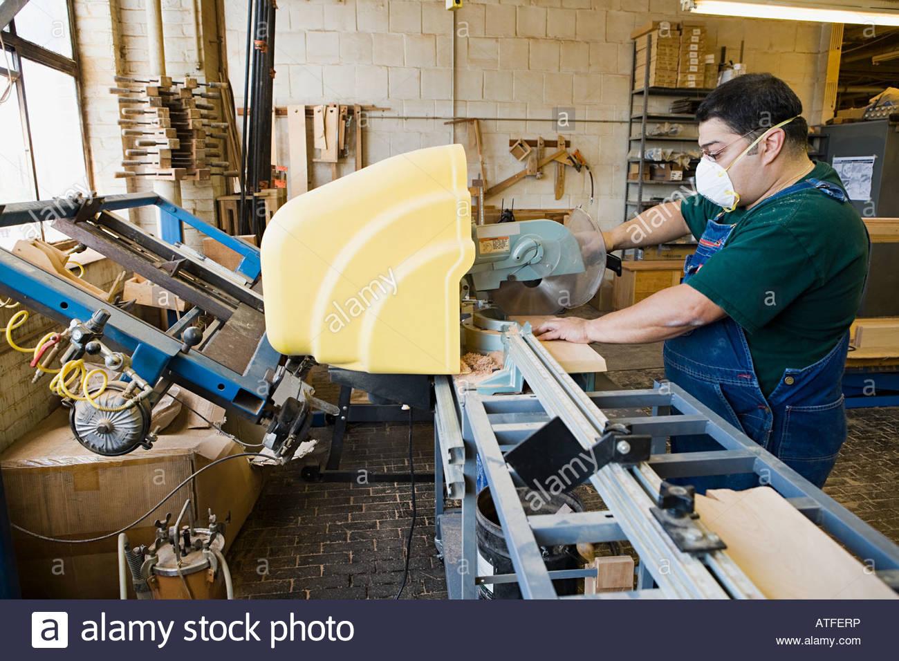 Carpenter using a circular saw - Stock Image