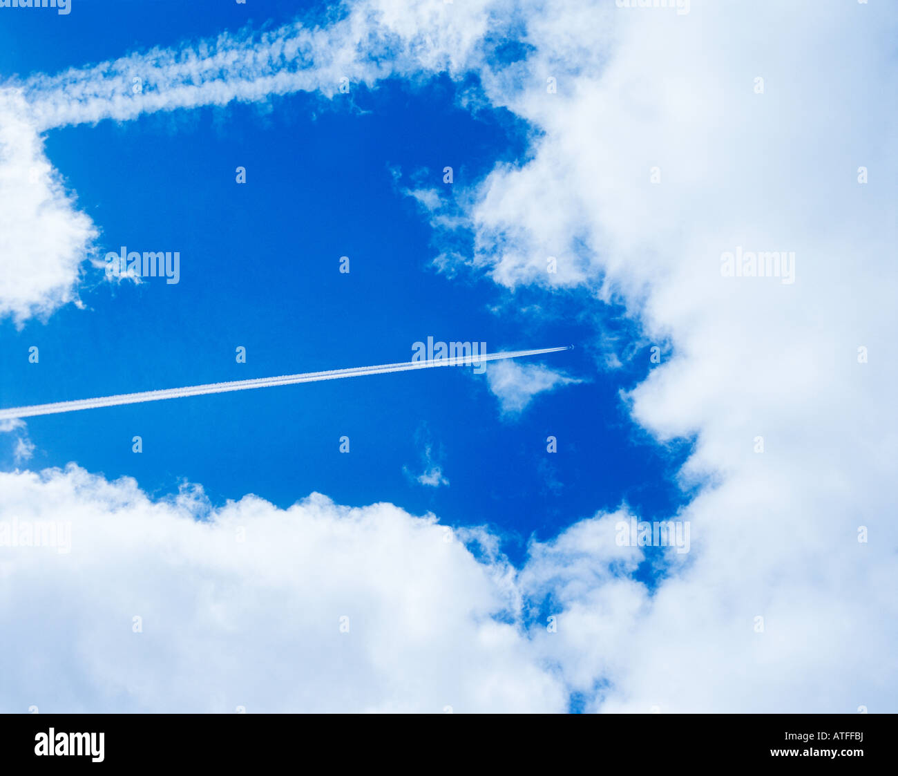 An aeroplanes vapour trail in the sky - Stock Image