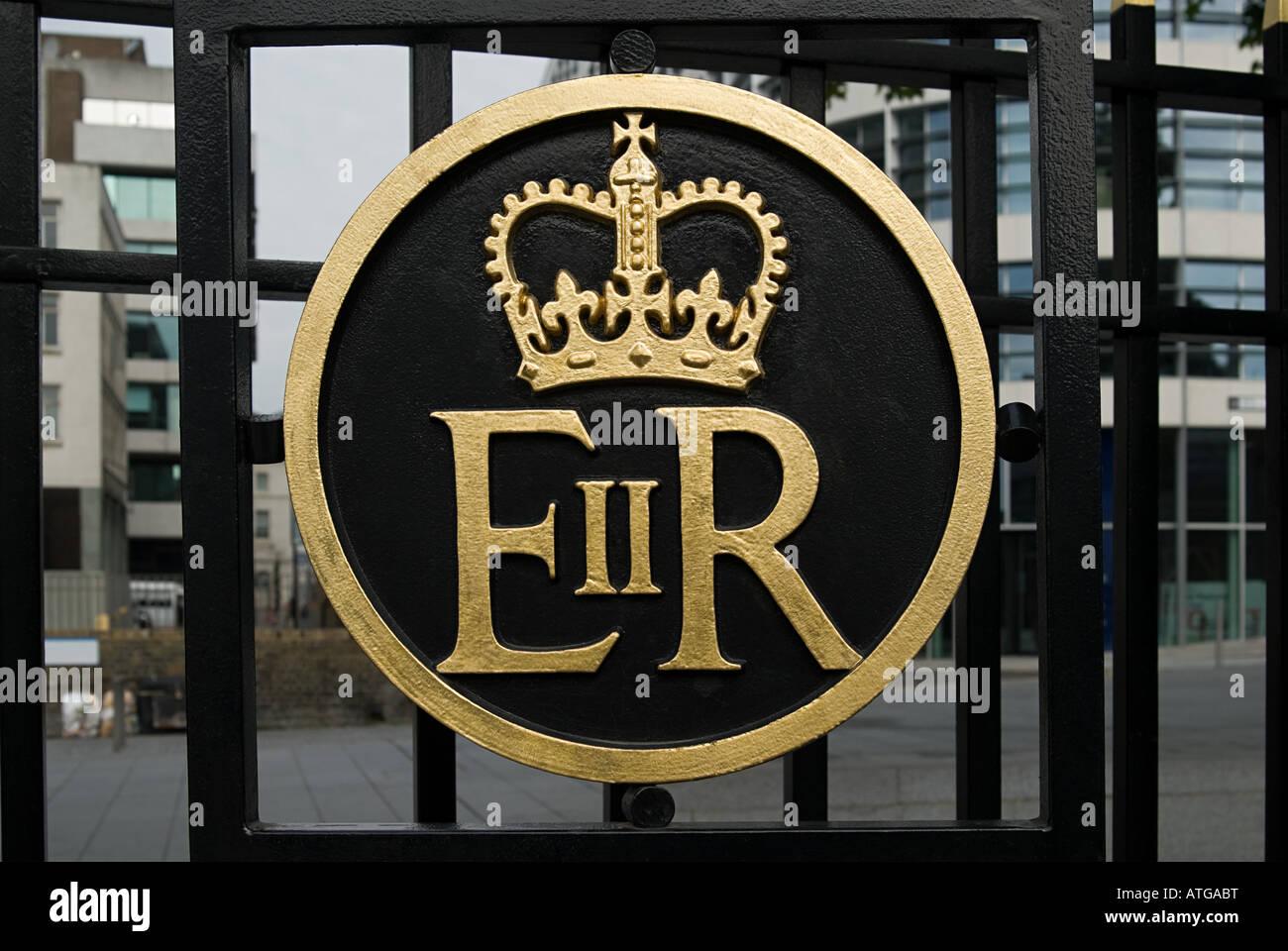 Queen elizabeth ii symbol on gate - Stock Image