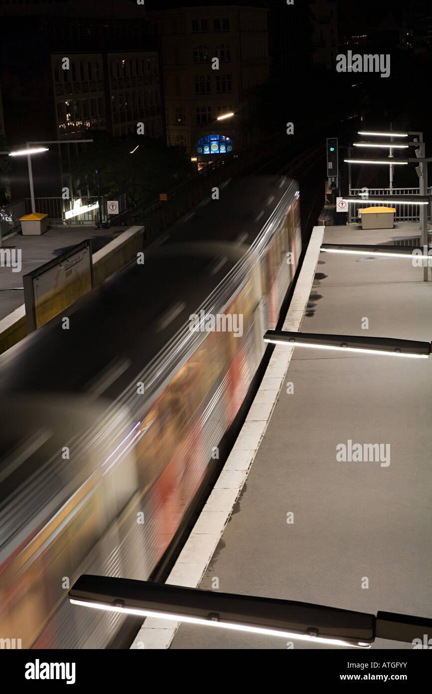Train going through a railway station - Stock Image