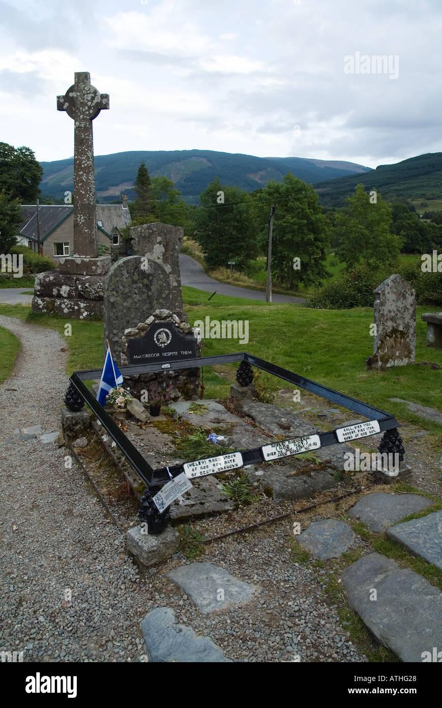 dh Rob Roys grave BALQUHIDDER CEMETERY STIRLINGSHIRE UK Rob Roy macgregor in Scottish clan graves scotland mcgregor gravestones Stock Photo