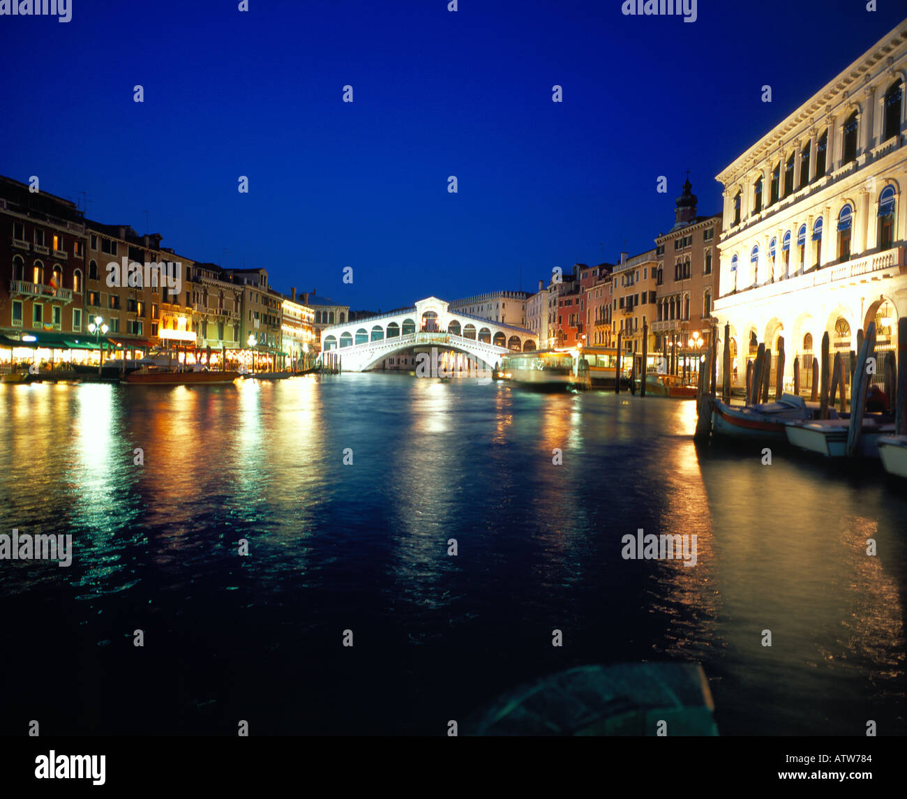 Rialto Bridge Canale Grande at night Venice, UNESCO World Heritage Site, Italy, Europe. Photo by Willy Matheisl - Stock Image
