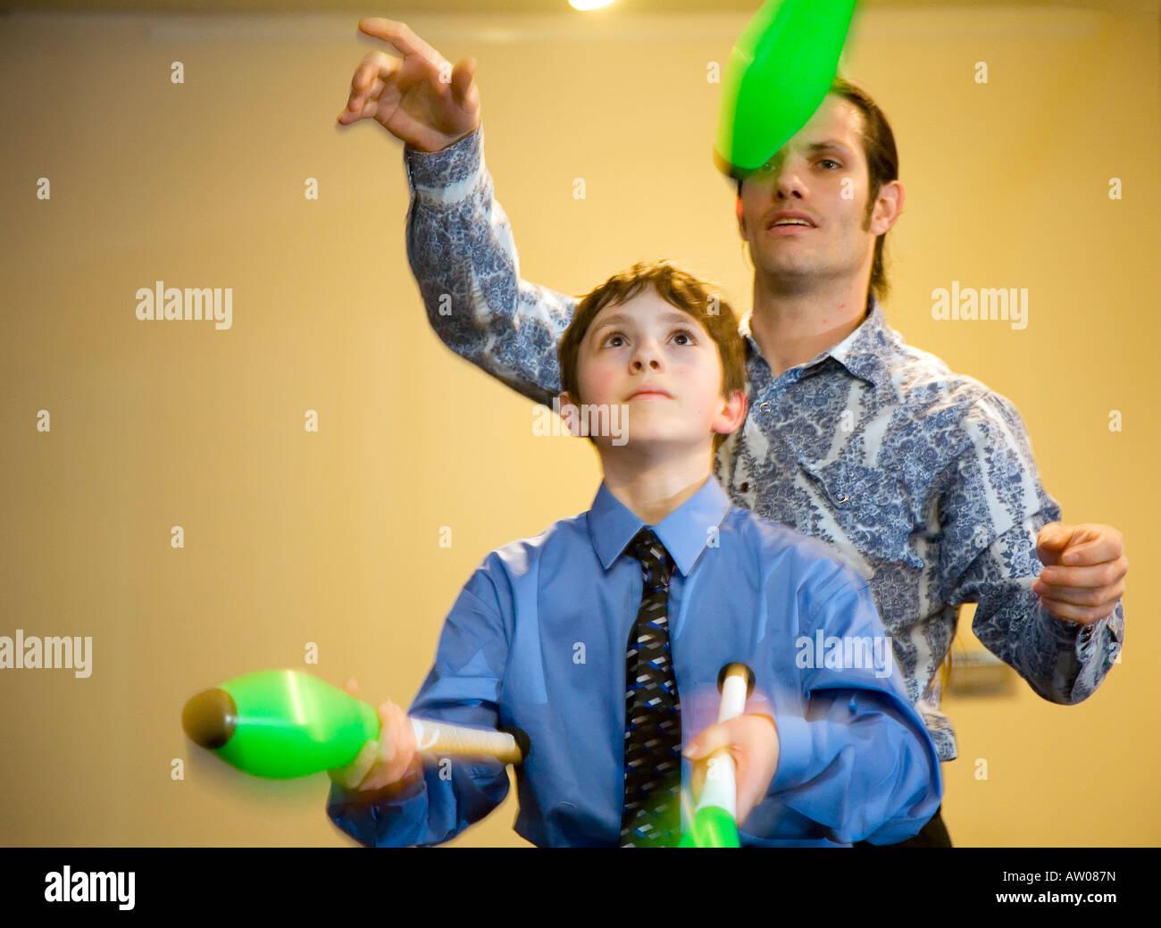Farmington Hills Michigan Justin Finkel 13 juggles as his teacher stands behind him - Stock Image