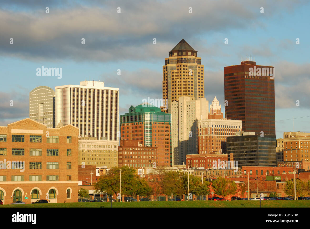 Cities of the world - Alphabetic  - Page 41 Downtown-des-moines-skyline-from-southeast-early-in-the-morning-in-AW32DR