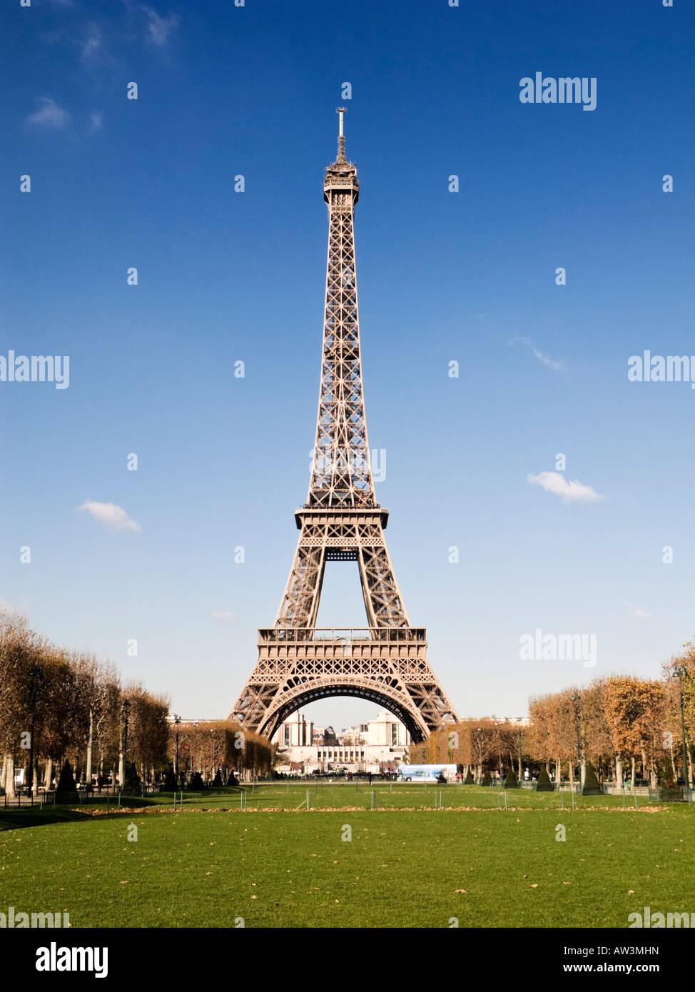 Paris, Eiffel Tower and the Parc du Champ de Mars in Autumn - Stock Image