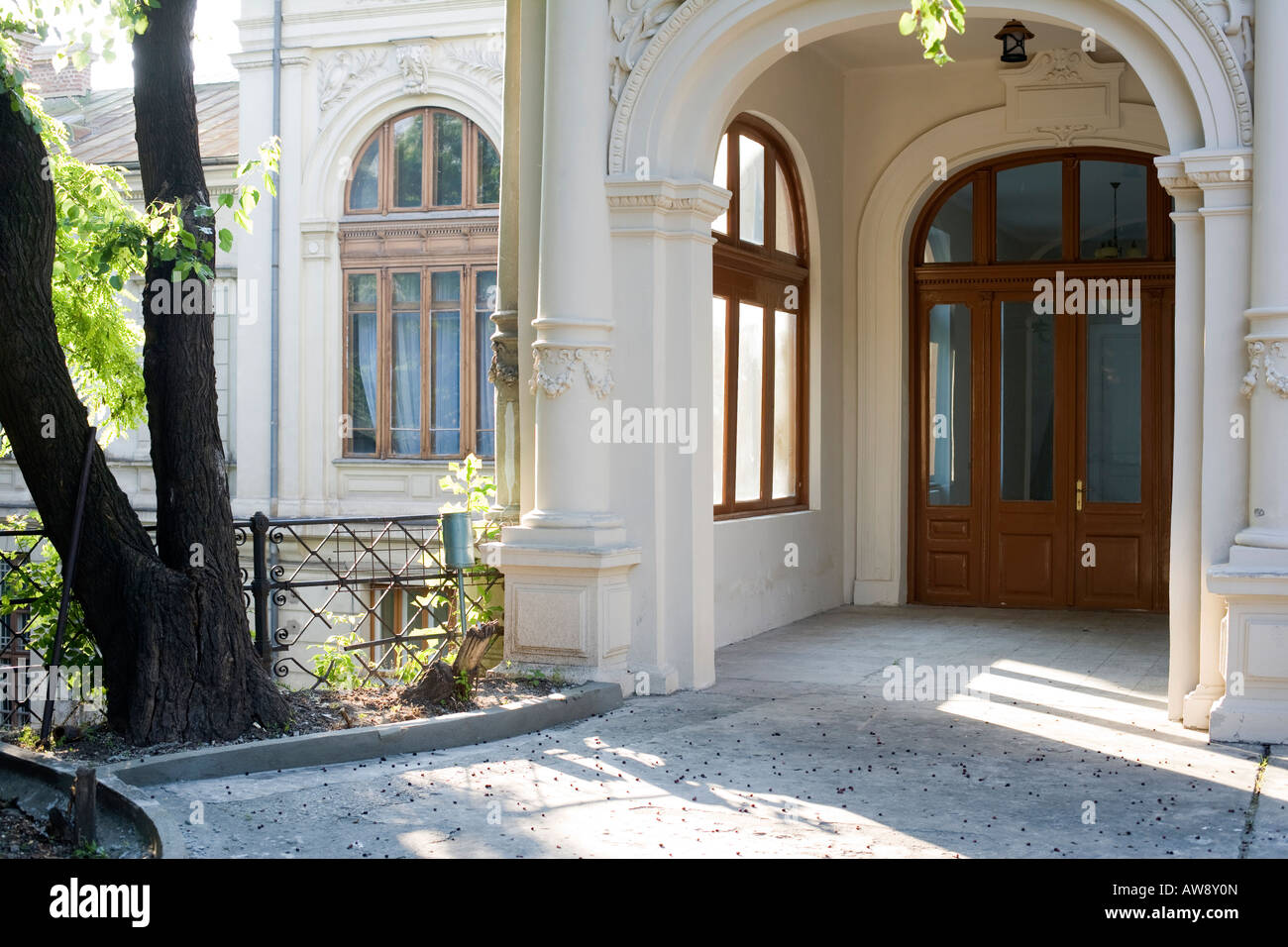 los angeles 7b257 6e663 front entrance of an old mansion Stock Photo: 16504436 - Alamy