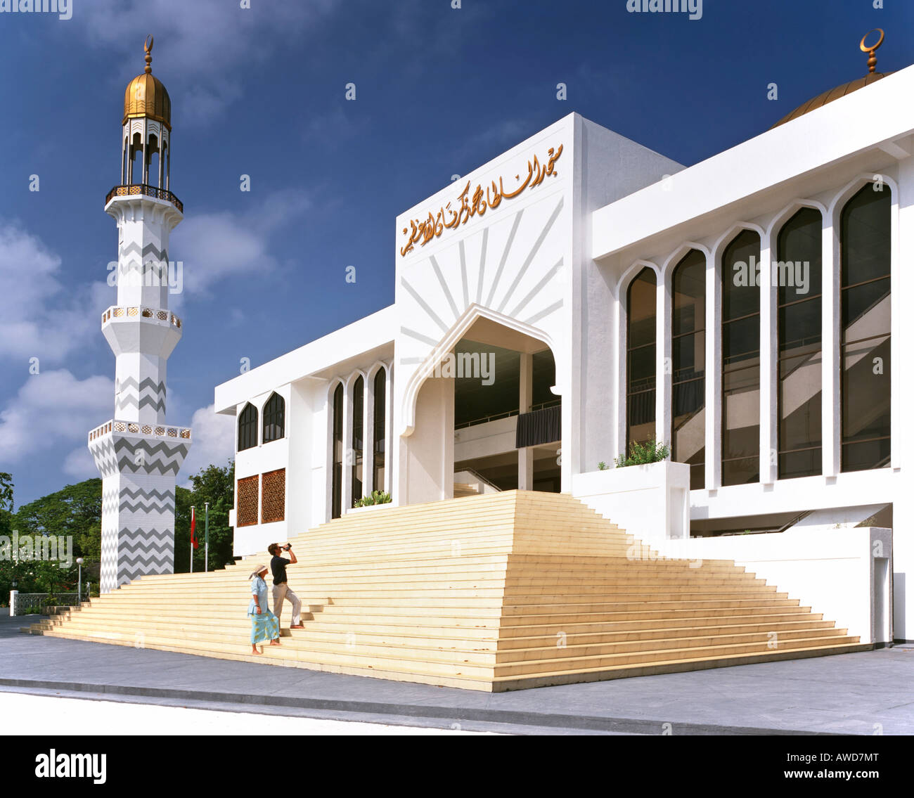 Friday Mosque, minaret and golden dome, tourists near entrance, Male (Dhivehi), Maldives, Indian Ocean - Stock Image
