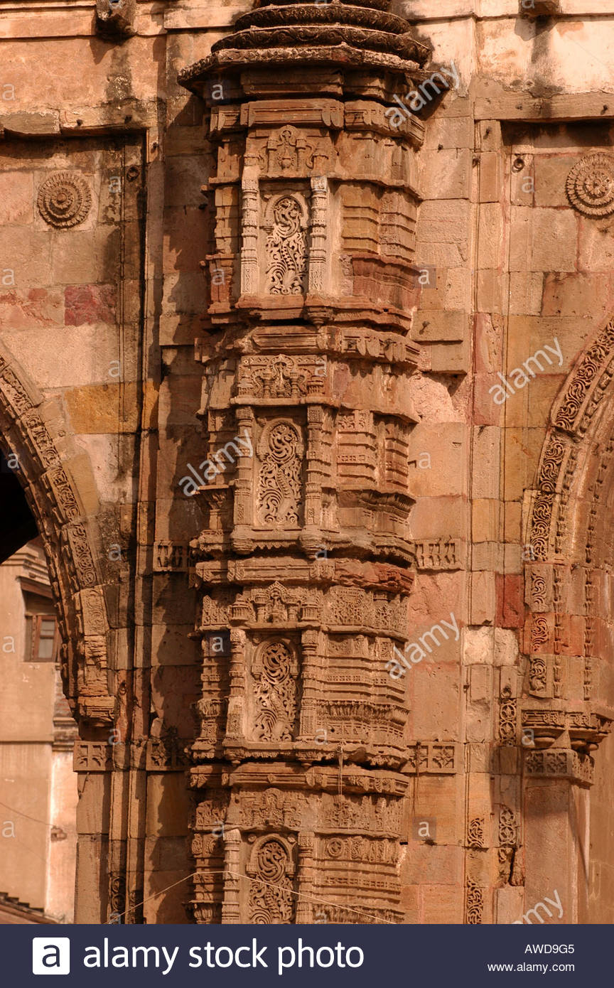 CARVINGS ON THE PILLAR OF AN OLD BUILDING IN AHMEDABAD GUJARATH - Stock Image