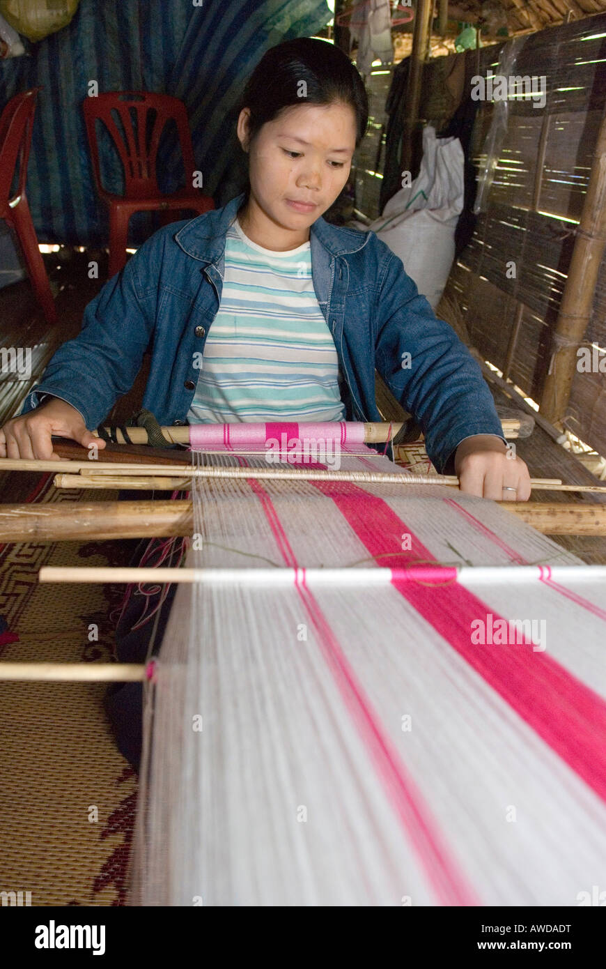 Young woman weaving, IDP-Camp Oh Win Hta, IDP-Area at the border to Thailand near Mae Sam Raep, Birma - Stock Image