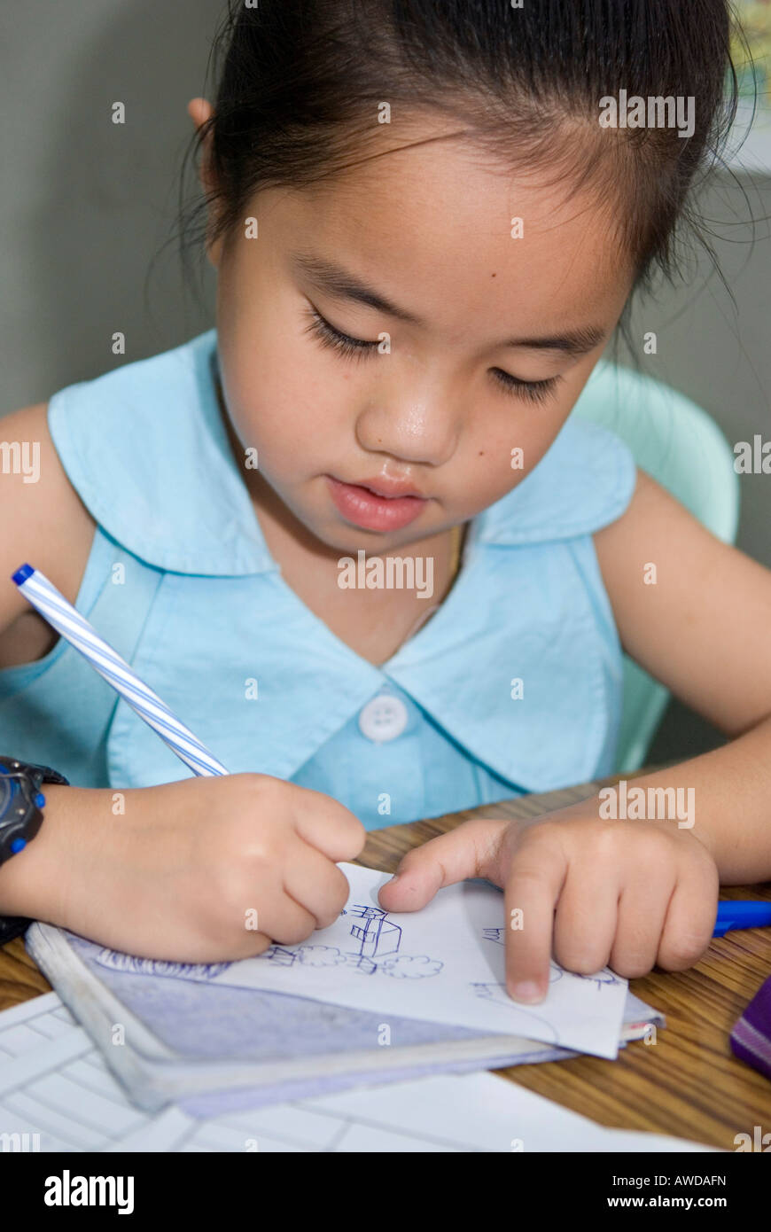 Small girl painting, Child Health Department der Mae Tao Clinic fuer Fluechtlinge aus Burma, Maesot, Thailand - Stock Image