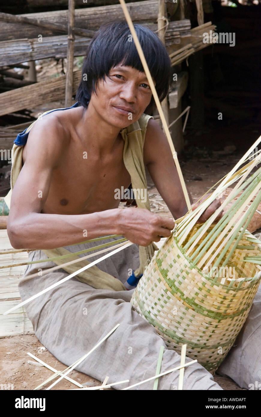 Basket waver, IDP-Camp Ei Tu Hta, IDP-Area bordering Thailand near Mae Sariang, Birma - Stock Image