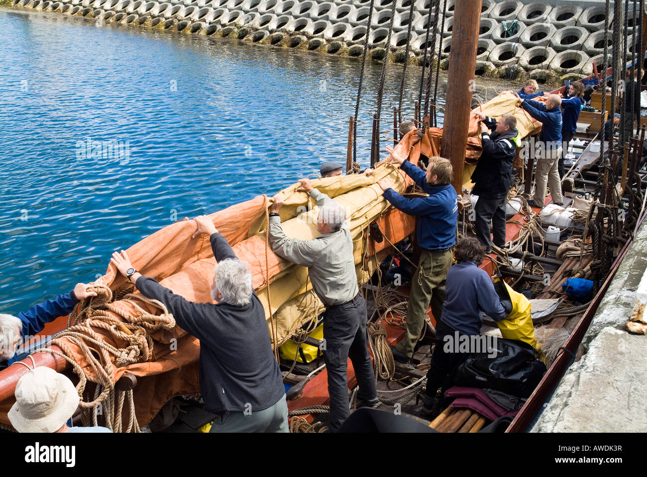 dh Sea Stallion KIRKWALL ORKNEY sailors main sail Havhingsten fra Glendalough viking galley longboat ship - Stock Image