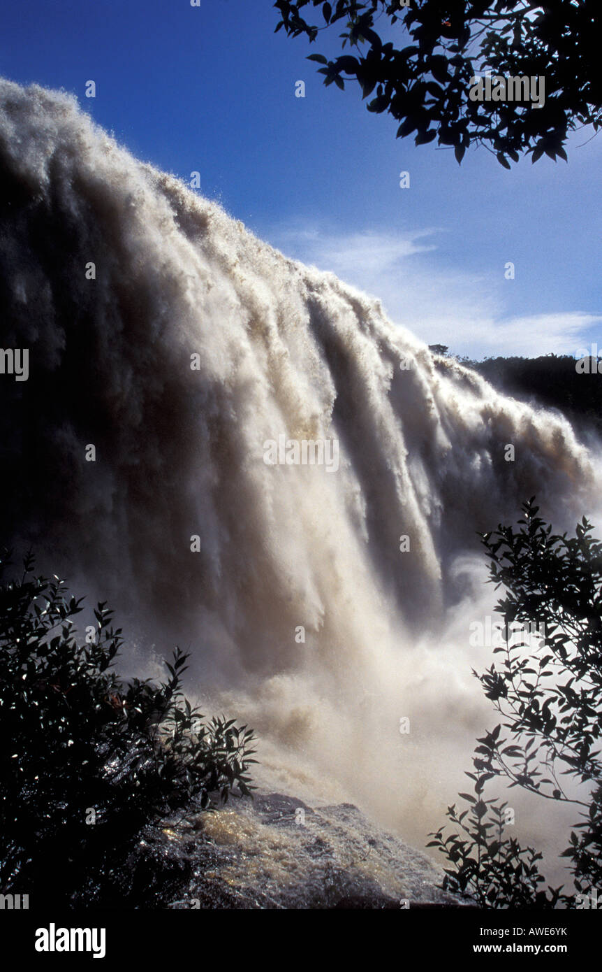 salto-el-sapo-waterfall-in-canaima-natio