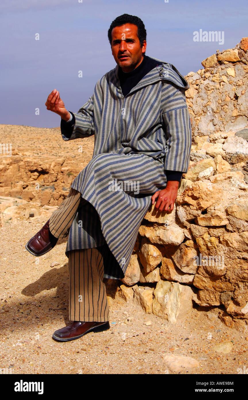 A male Berber tells animatedly a story, Nalut, Libya - Stock Image