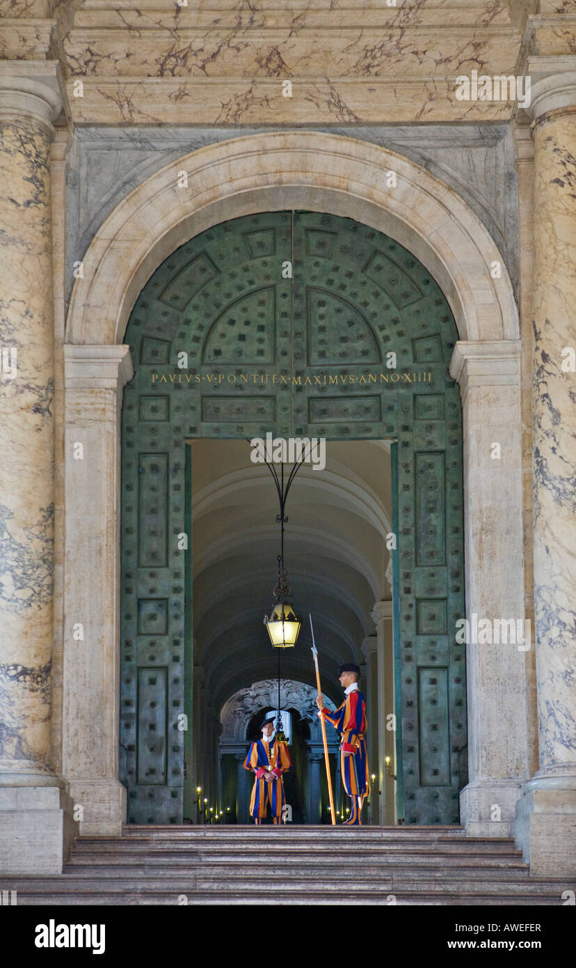 Members of the Swiss Guard at the entrance to the Vatican, St. Peter´s Square, Rome, Italy, Europe - Stock Image