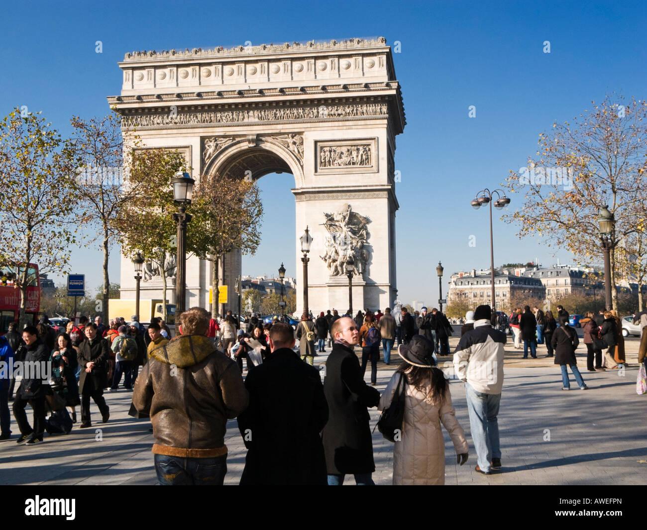 Arc de Triomphe, Paris, busy with tourists - Stock Image