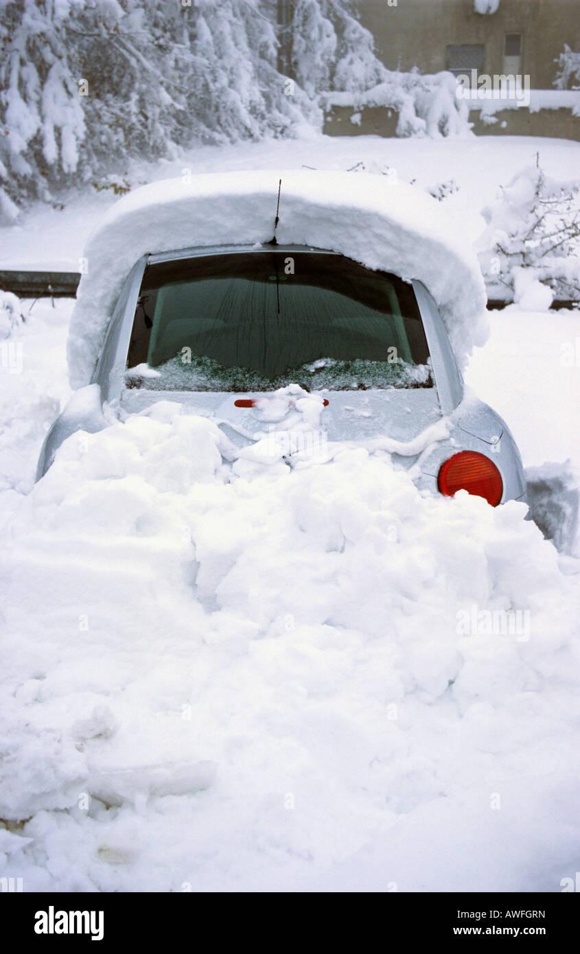 Snowed-in Volkswagen Beetle, Bergisches Land, Germany, Europe - Stock Image