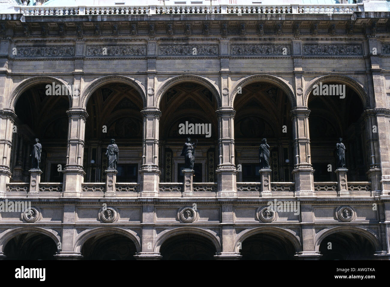Austria, Vienna, Staatsoper (1869), loggia on Neo-Classical facade of Vienna State Opera, - Stock Image