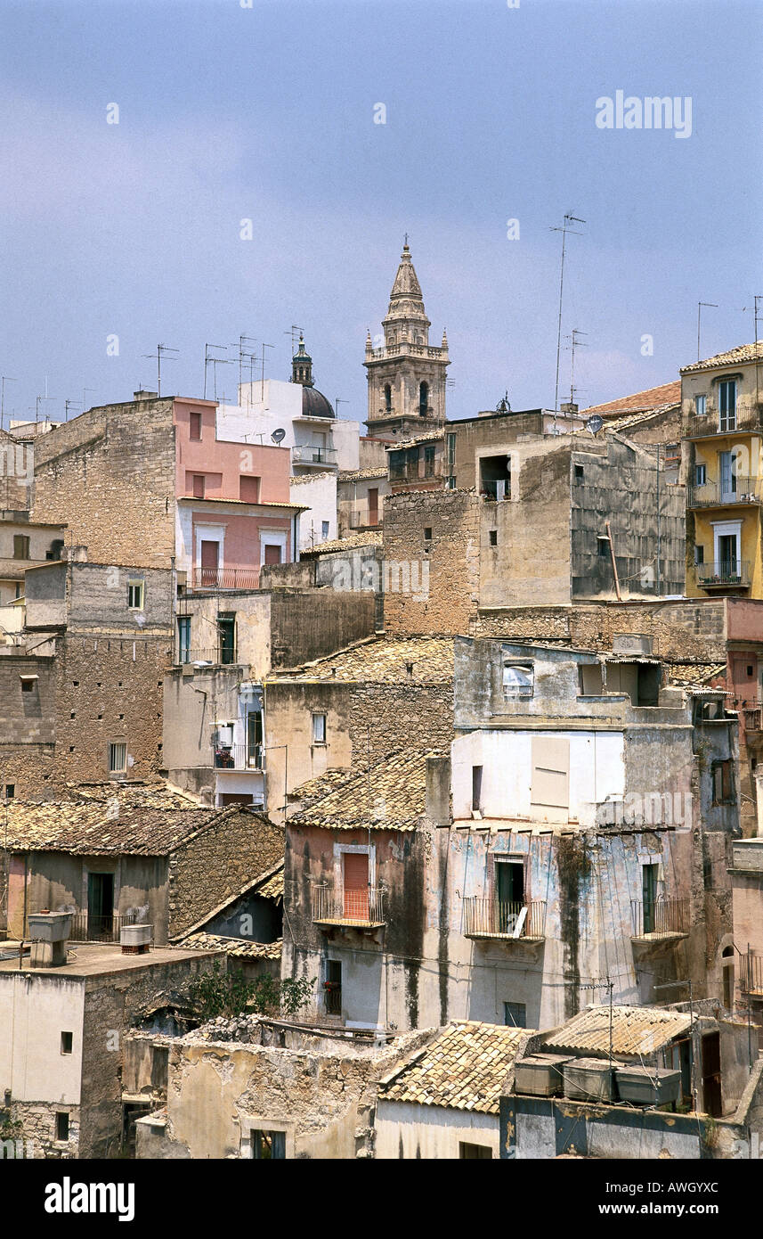 Italy, Sicily, Southeast Sicily, Ragusa Ibla, terracotta roof-tiled buildings, in state of disrepair, clinging to side of cliff - Stock Image