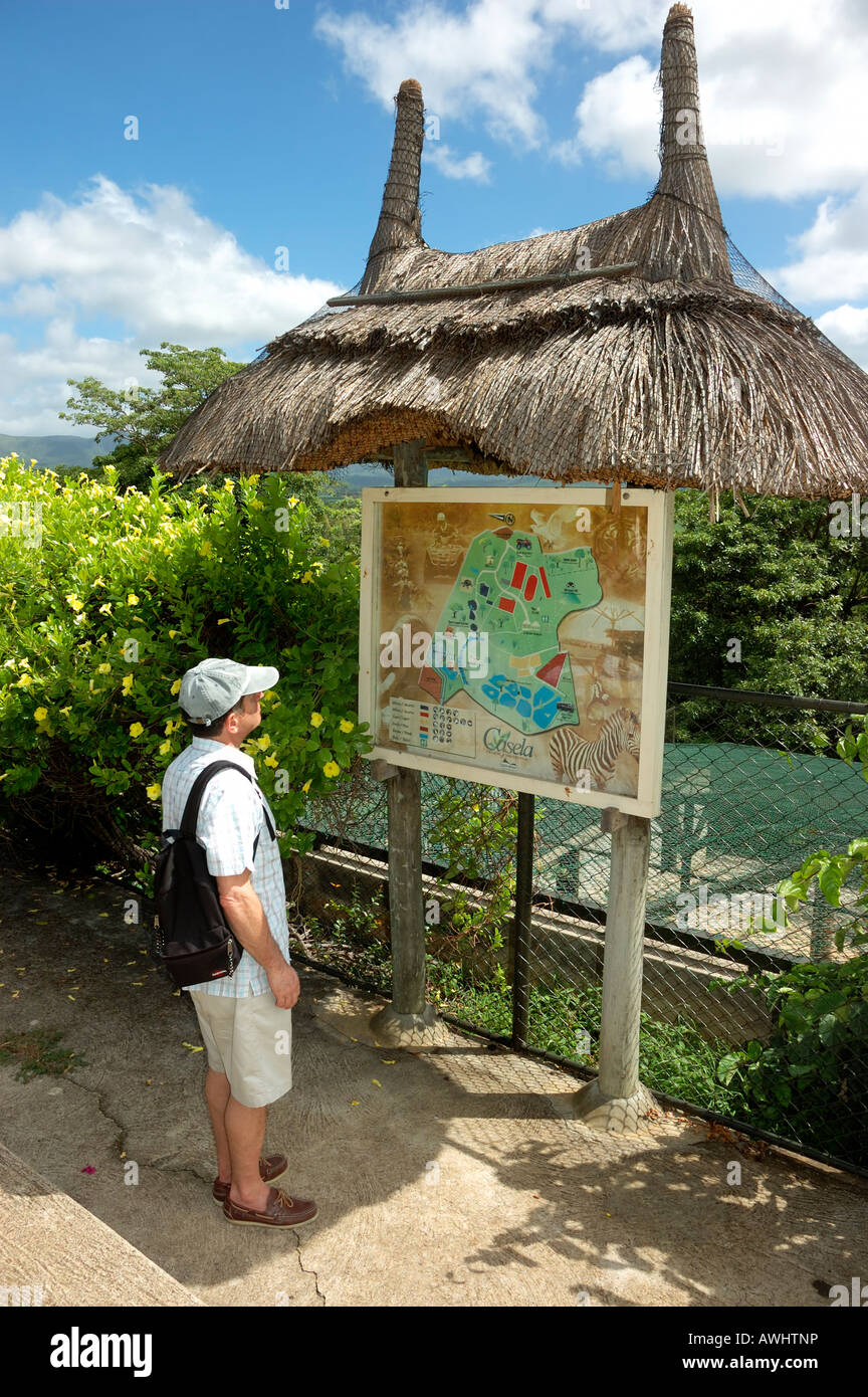 'Casela Yemen Nature Leisures park' 'Mauritius island' Tourist looking at a map - Stock Image