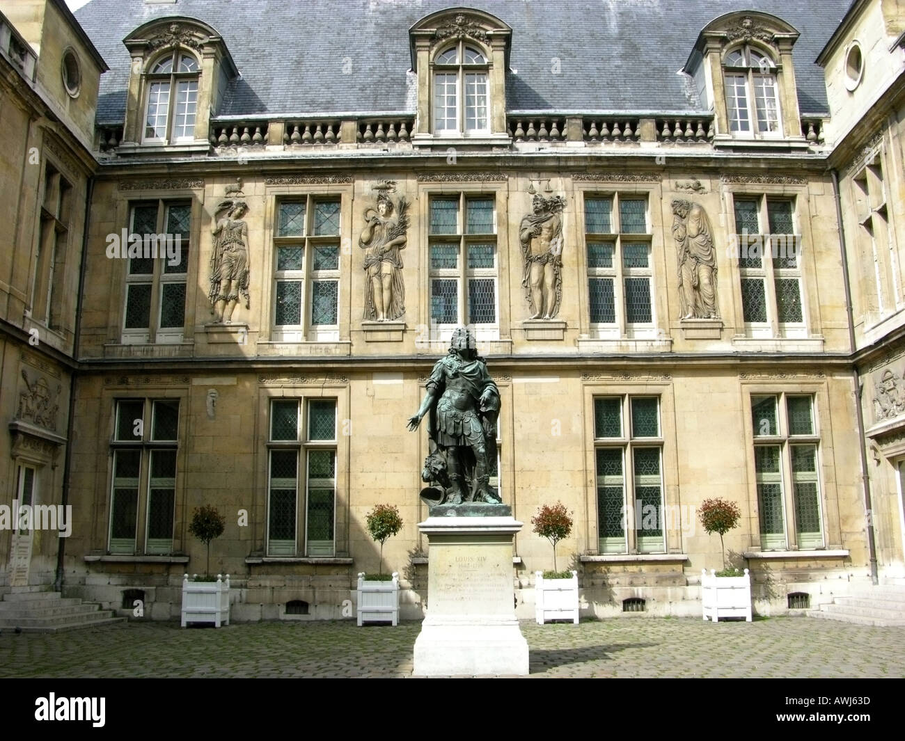 france paris Musee Carnavalet exterior of Renaissance Hotel Carnavalet courtyard - Stock Image