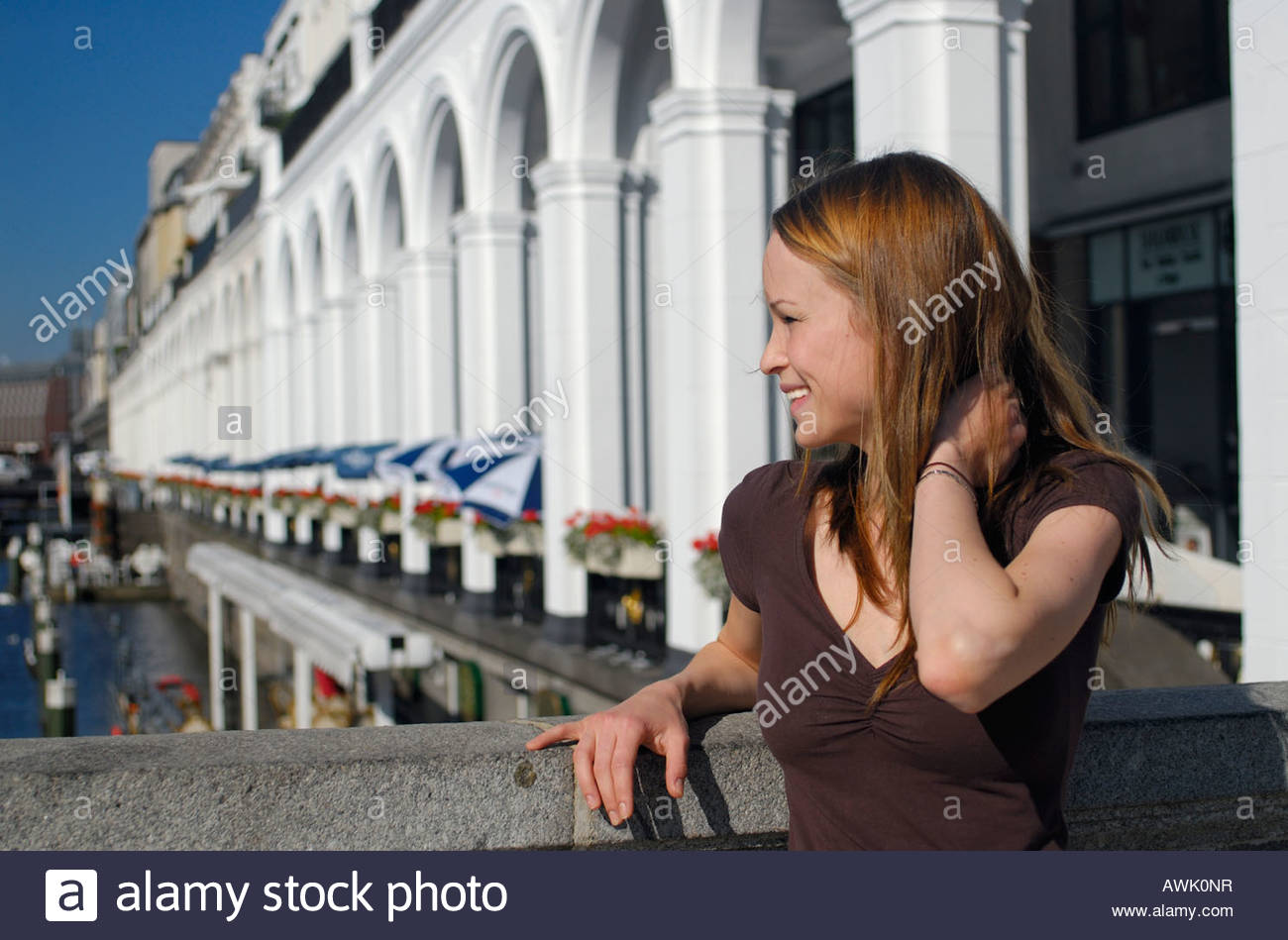 Deutschland Hamburg Stadt Großstadt Tag tagsüber Jungfernstieg Frau Frauen jung junge Sommer Sommerwetter - Stock Image