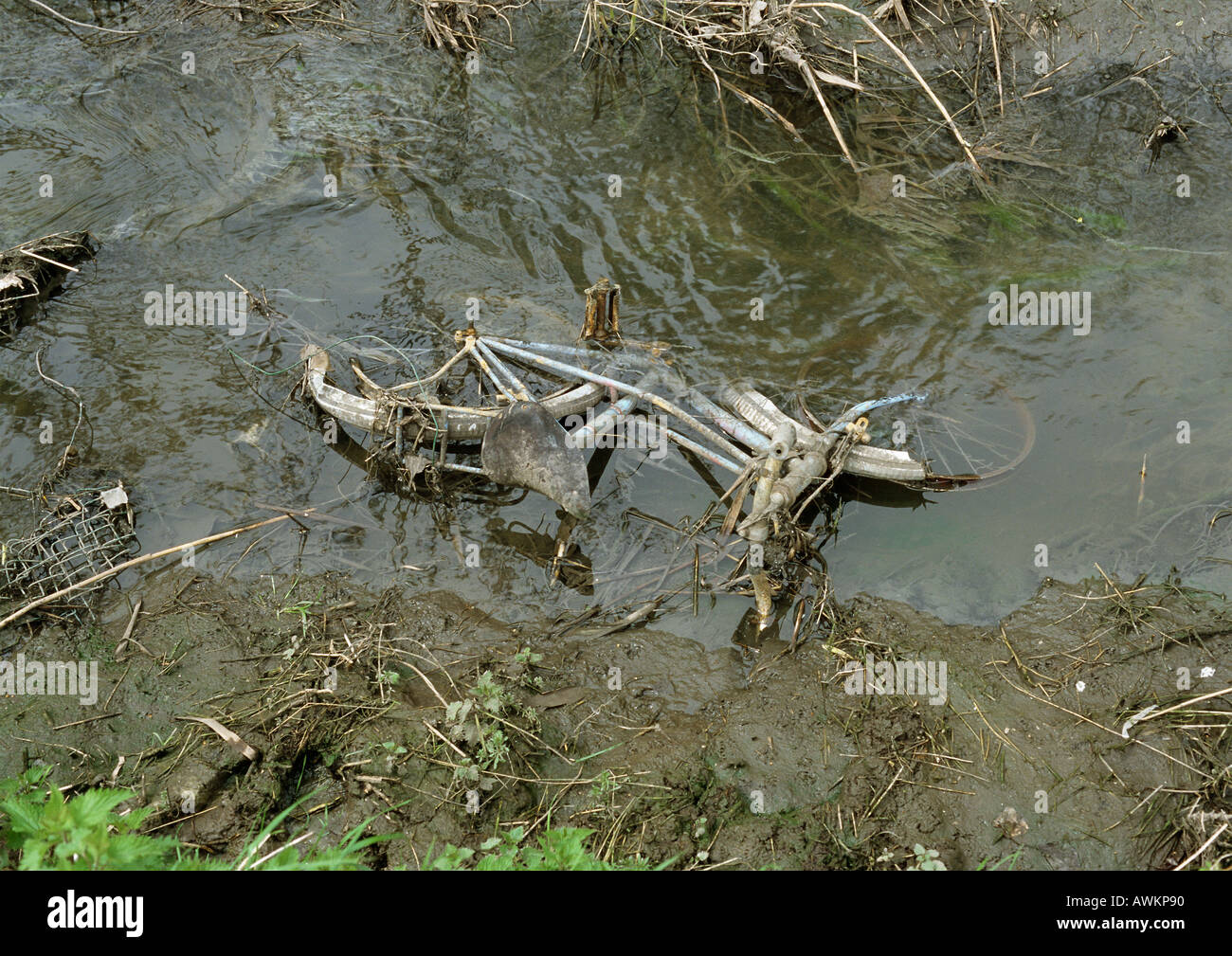 Rusty bicycle abandoned in stream - Stock Image