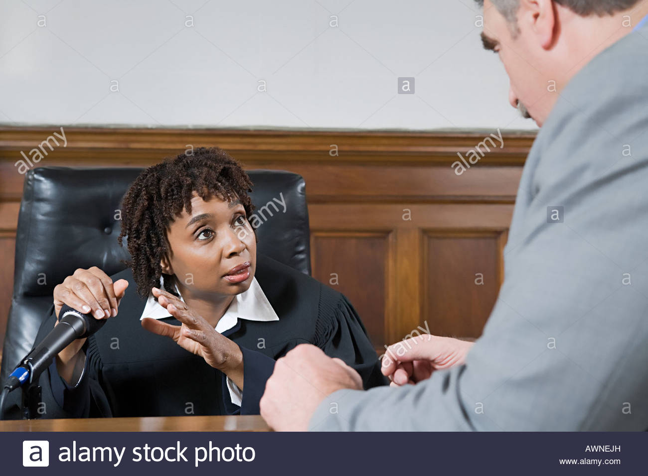 A lawyer and a judge talking - Stock Image
