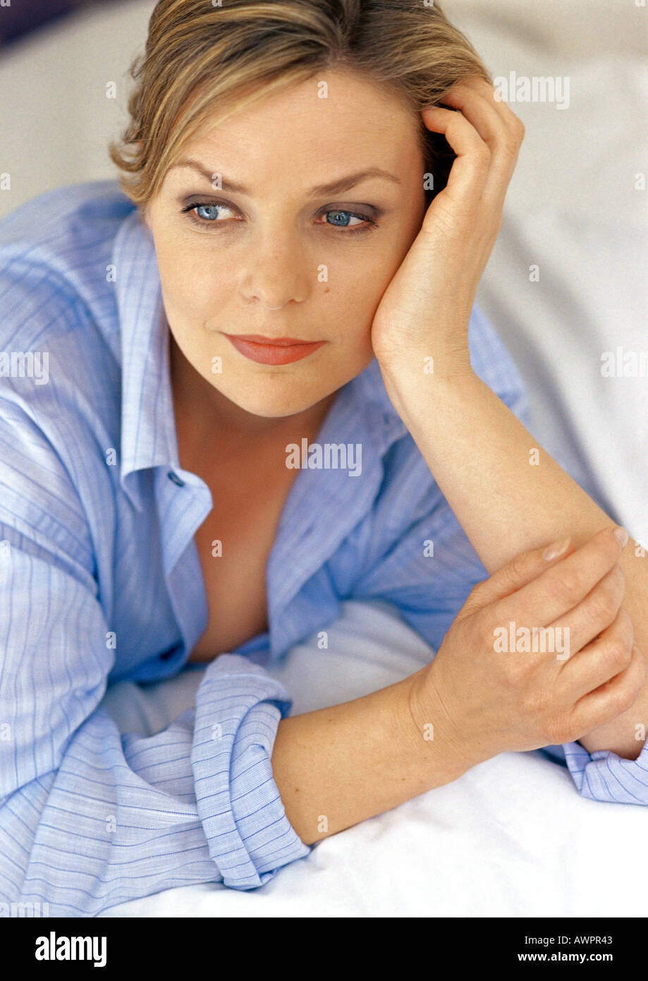 Woman leaning on elbow, close-up - Stock Image