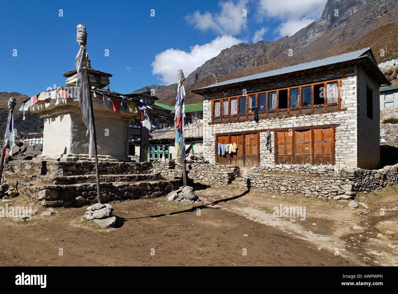 Stupa and Trekking Lodge at Khumjung Sherpa village, Sagarmatha National Park, Khumbu, Nepal - Stock Image