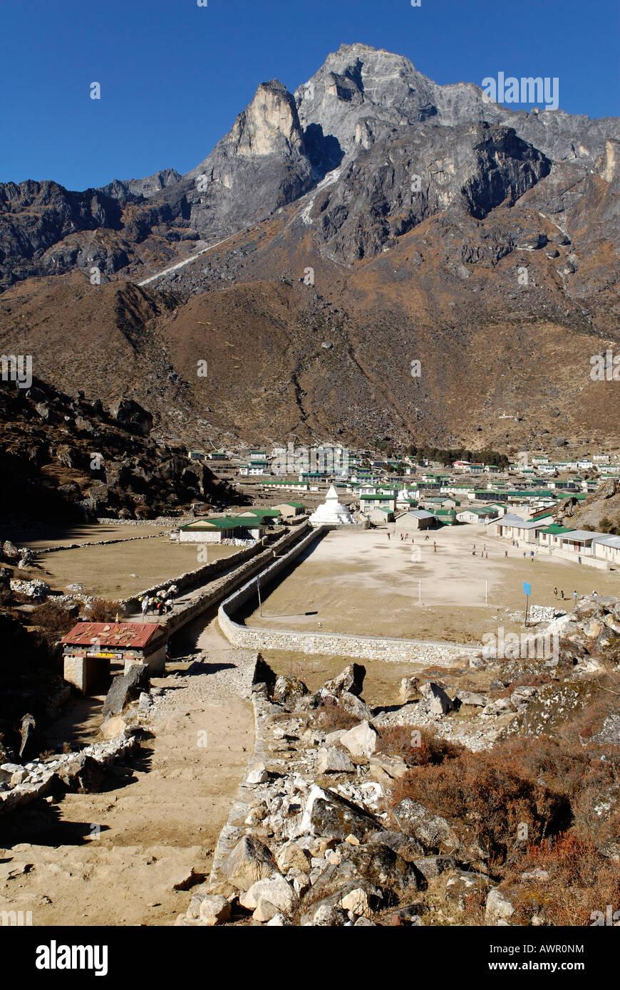 Sherpa village Khumjung, holy mountain Khumbi Yul Lha (Khumbila, 5761), Sagarmatha National Park, Khumbu Himal, - Stock Image