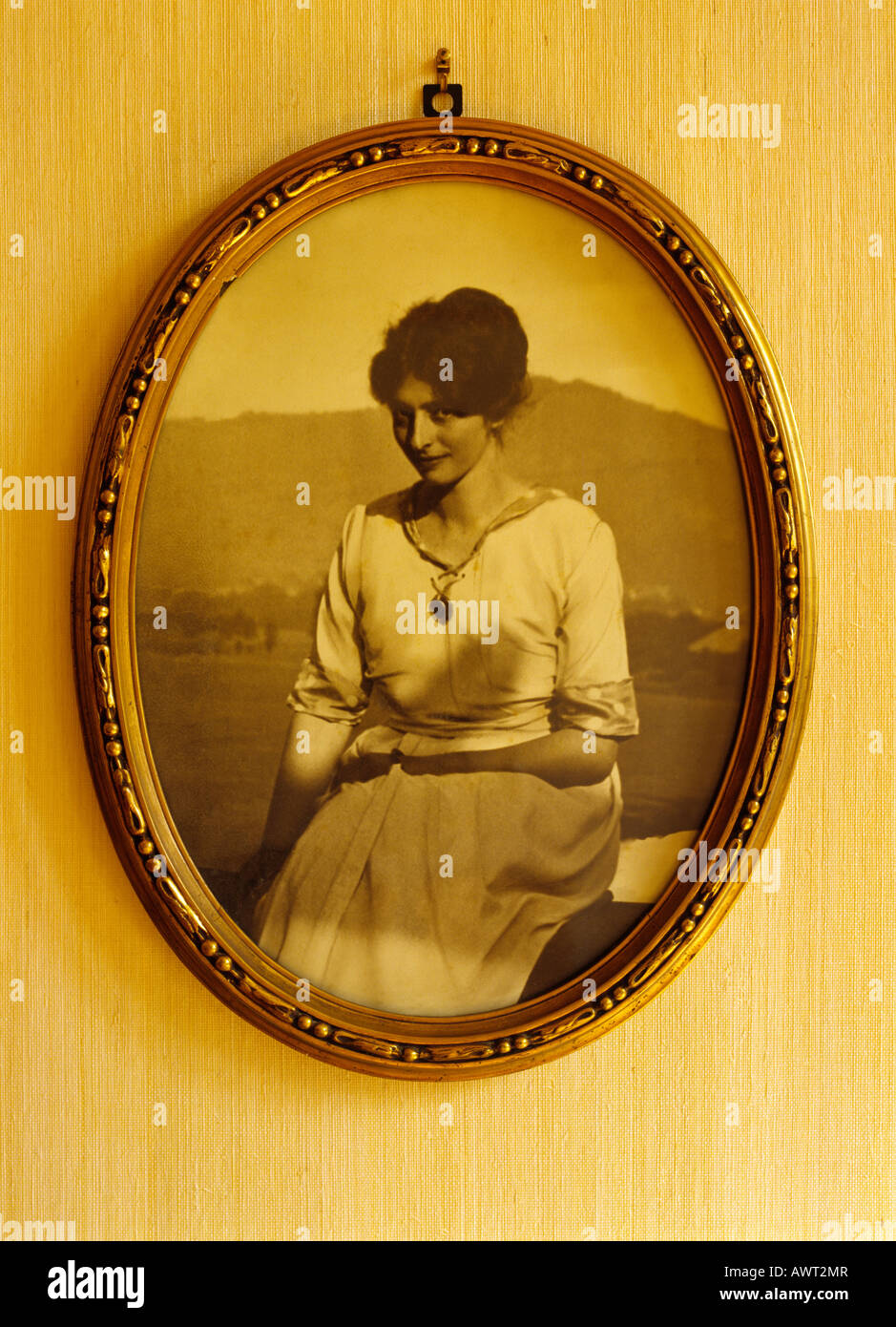 1920's vintage photo of a young woman in an oval frame - Stock Image