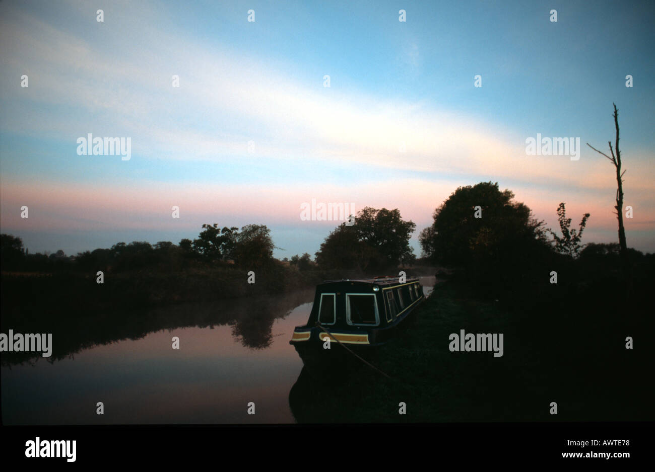 PICTURE CREDIT DOUG BLANE Moored narrowboat on the canal side at sunset Grand Union Junction Canal - Stock Image