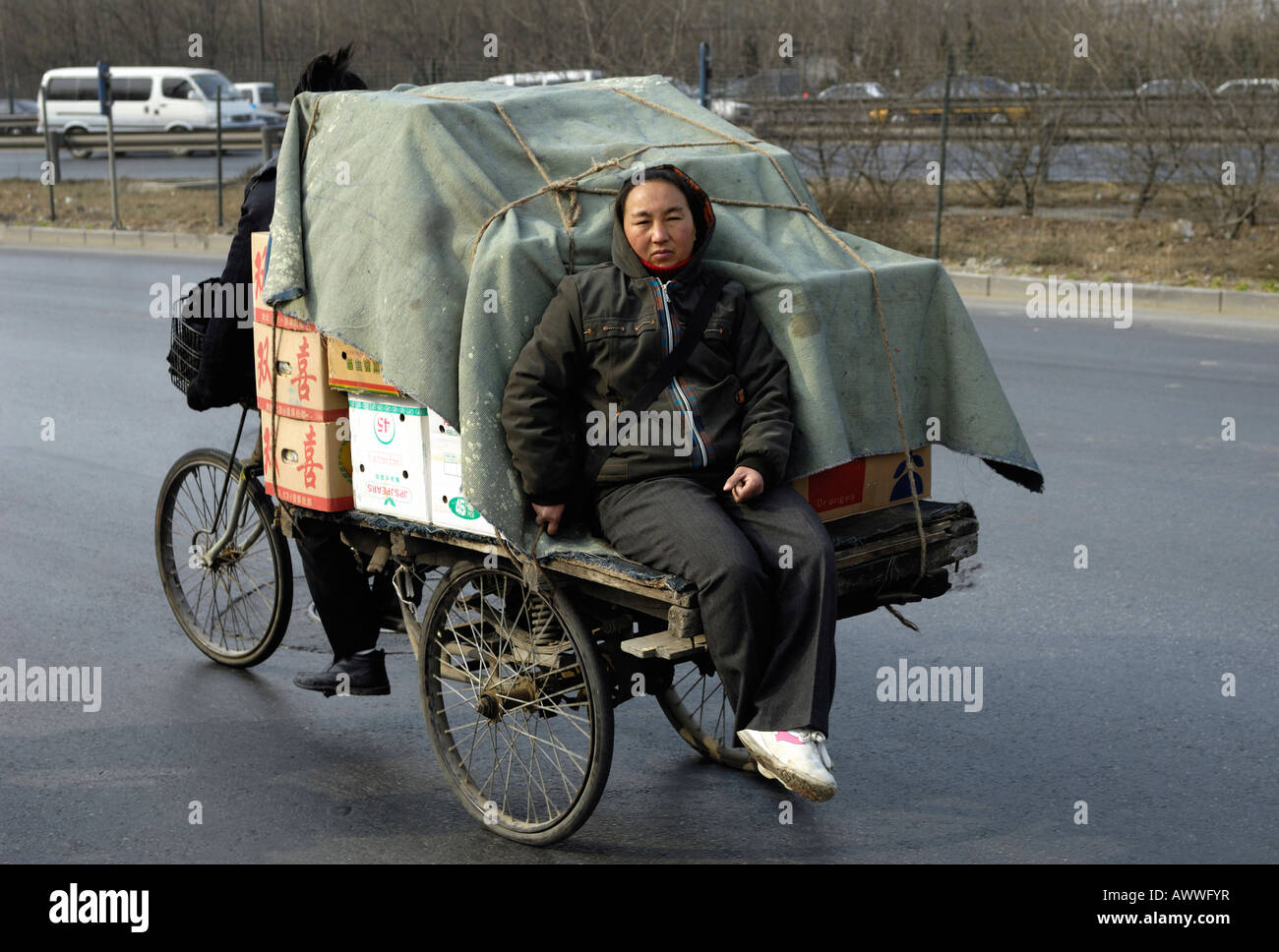 Chinese migrant couple transport fruits by a tricycle in Beijing, China. 14-Mar-2008 - Stock Image