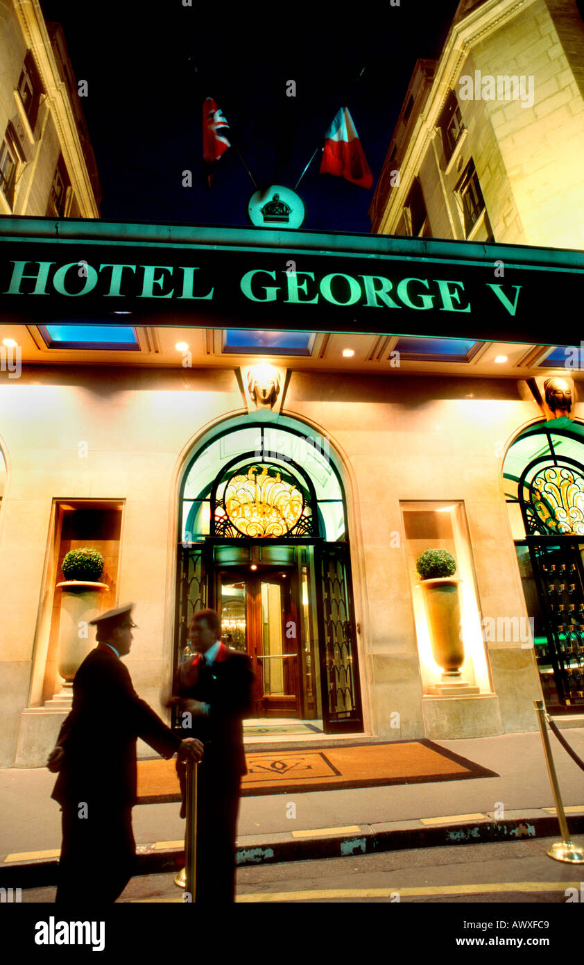 """Paris France, French Luxury Hotel """"Four Seasons George V"""" Hotel, Front, Lit up at Night, Concierge outside Stock Photo"""