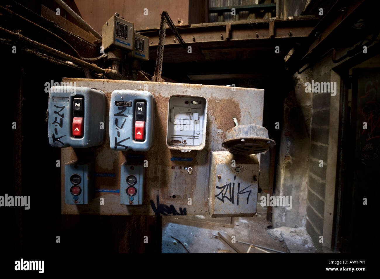 An out of service switchboard in a closed down factory. Interrupteur marche arrêt dans une usine désaffectée - Stock Image
