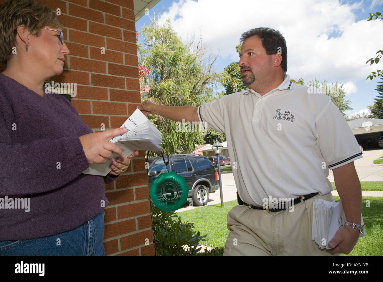 Union Member Campaings Door-to-Door Against Right to Work Law - Stock Image