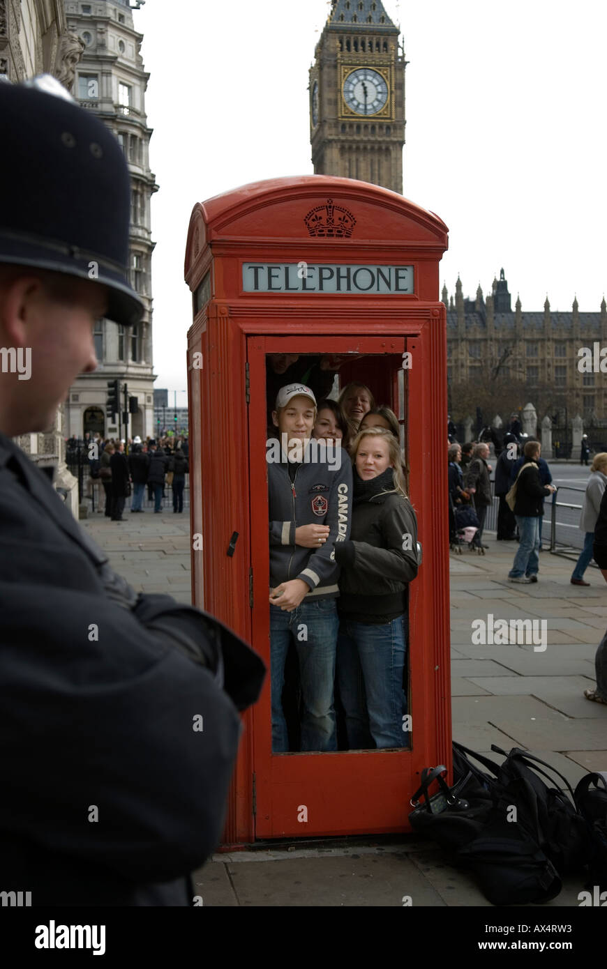 TELEPHONE BOX CANADIAN STUDENTS CRAM INTO A LONDON RED TELEPHONE BOX AT PARLIAMENT SQUARE LONDON ENGLAND - Stock Image