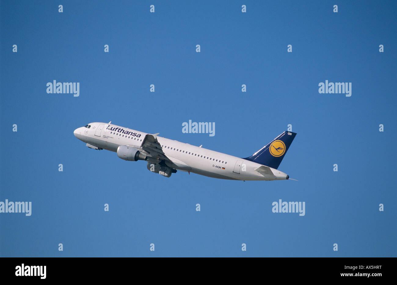 Lufthansa Airbus A 320-200, climb - Stock Image