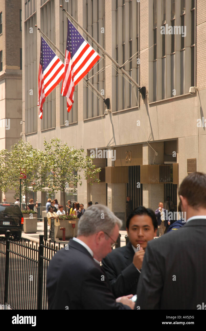 Businessmen in front of Wall Street New York USA - Stock Image