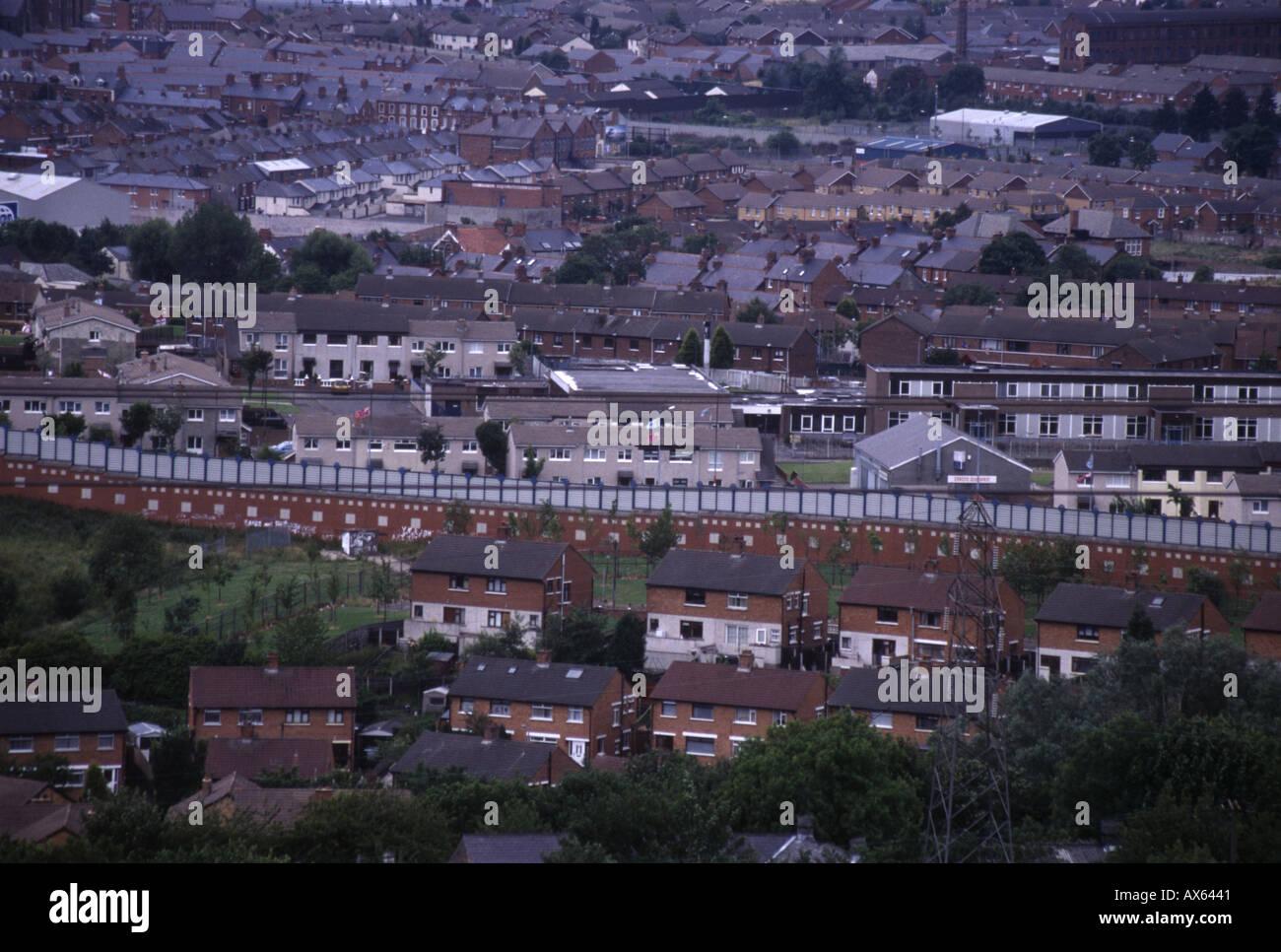 Belfast peace lines barricades, Belfast, N.Ireland, 05/07/2004 - Stock Image