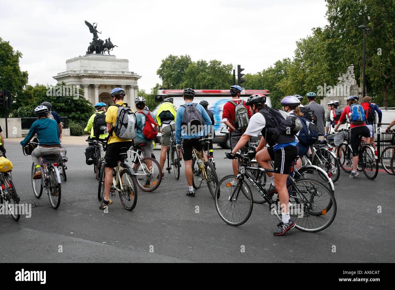 Cyclists at Hyde Park Corner, Belgravia, London - Stock Image
