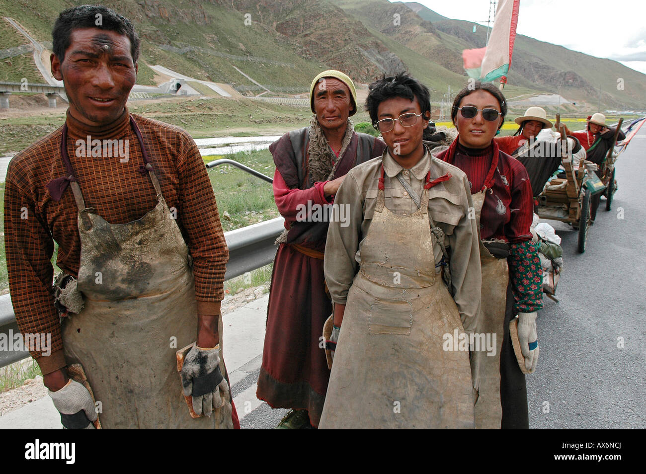 Nomad pilgrims en route to Lhasa from Nagchu in northern Tibet. The Tibet railway passes by in the background. Tibet - Stock Image
