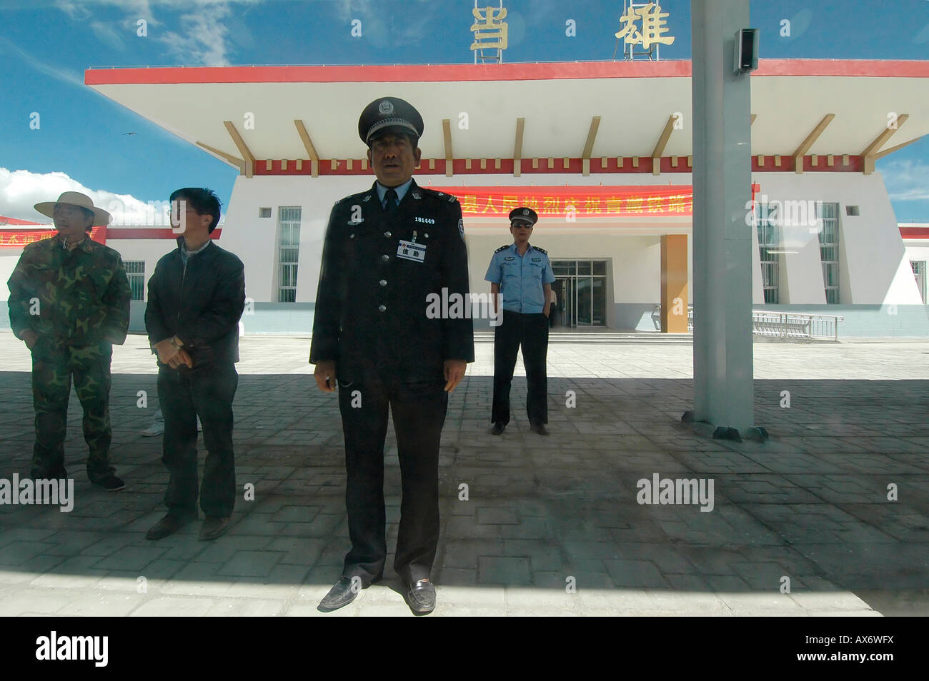 Police and passengers wait at Damxung train station, last stop before Lhasa on the Tibet railway, Tibet train - Stock Image