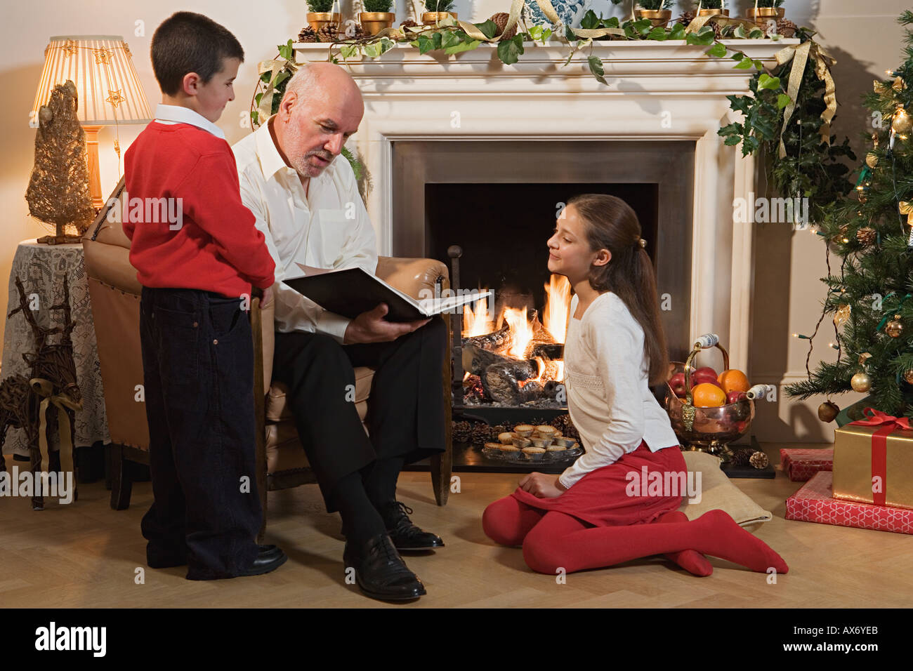 Grandfather telling children a story - Stock Image